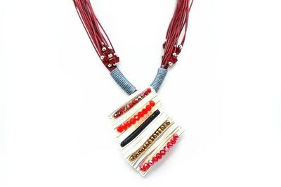 Collier cadre courbe perles rouges