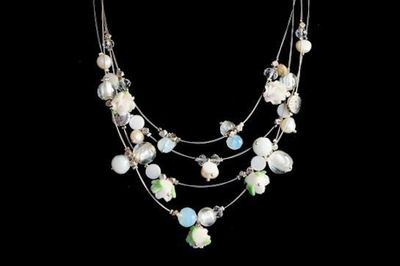 Collier IKITA perles fleurs blanches cables