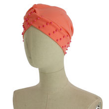 Assortiment bonnet turban avec une bordure en perles
