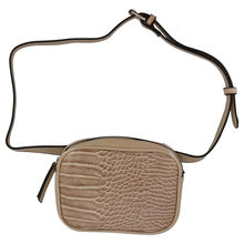 Sac banane ouverture à zip finition aspect croco beige