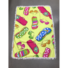 Serviette de plage forme en rectangle lunettes de soleil et tongs