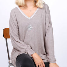 Pull fin à col V taupe avec broderie trèfle en strass