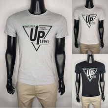 """T-shirt à motif """"ONE STEP MOVING FORWARD UP LEVEL"""""""