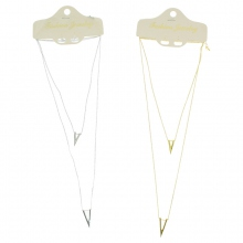 Assortiment collier avec un médaillon en forme triangle