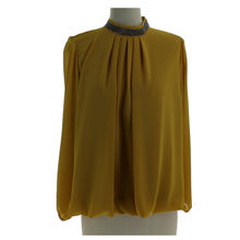 Top fluide avec col montant application en strass jaune